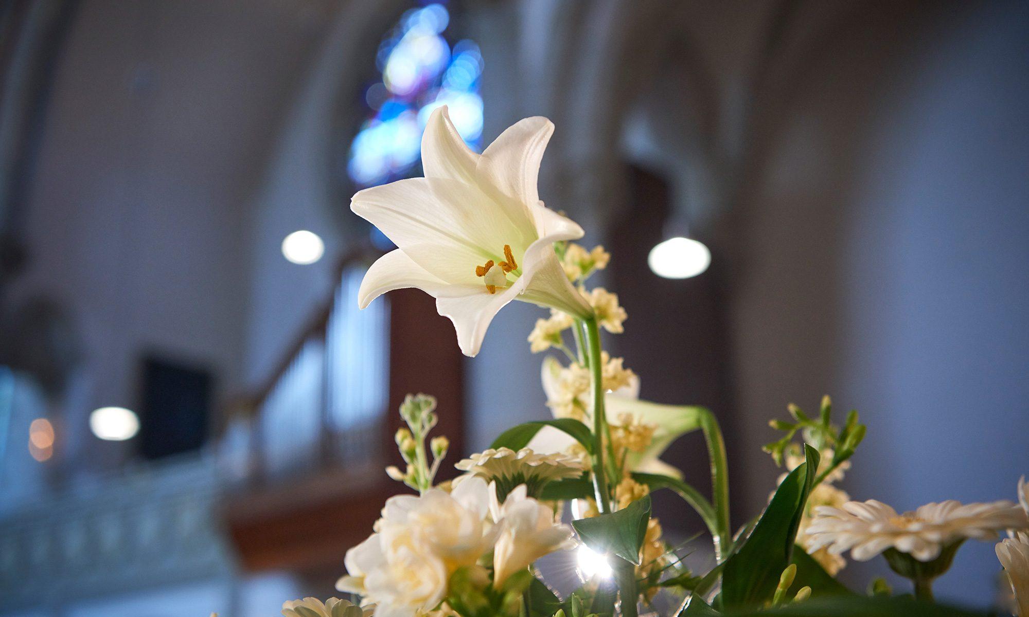 Weißer Blumenstraß zur Hochzeitsfeier