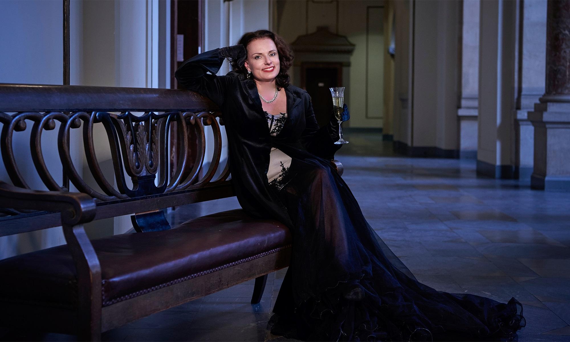 Hochzeitssängerin Katrin Iltgen begrüßt Sie im eleganten Abendkleid